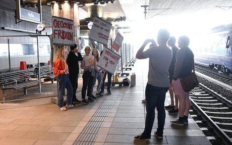 Unga liberaler i protest mot permanent staket på Hyllie station