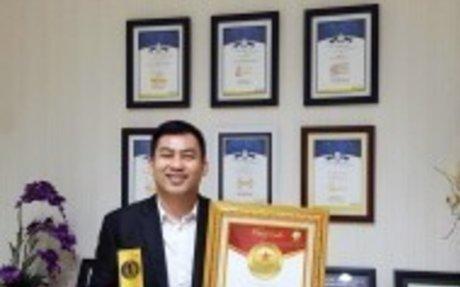 Herry Tan (Principal of Ray White Summarecon  Bekasi) Meraih Penghargaan Dari Pusat Rekor