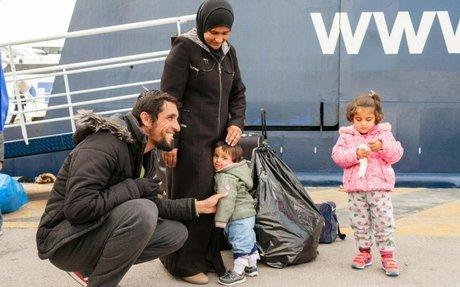 المفوضية تنقل أسرة سورية لاجئة إلى البر الرئيسي في اليونان