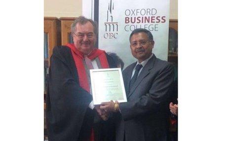 Arun Maheshwari receives award from Oxford Business College