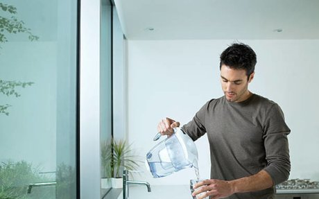 La carafe d'eau filtrante, l'alternative controversée