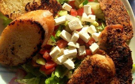 Grillezett csirkemell fetás salátával