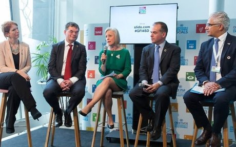 World Conference Center: Konferenzteilnehmer diskutieren über Nachhaltigkeit