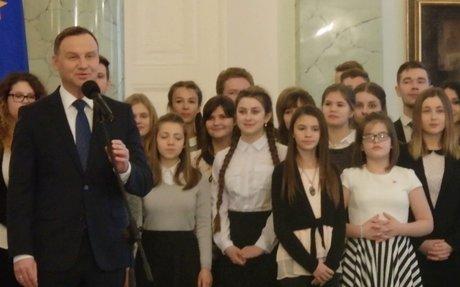 Prezydent RP Andrzej Duda podpisuje Ustawe dotyczaca Polonii