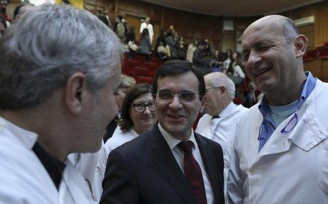 Ordem e sindicatos viram as costas ao ministro da Saúde