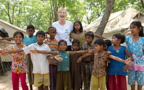"""سفيرة النوايا الحسنة كيت بلانشيت تزور اللاجئين الروهينغا في بنغلاديش وتحذر من """"سباق مع الو"""