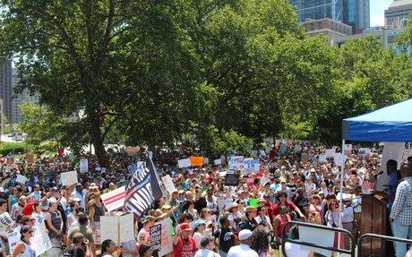 Miles de personas salieron a la calle en Filadelfia para protestar contra el ICE y las pol