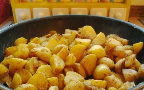 Fűszeres, szaftos serpenyős krumpli | NOSALTY