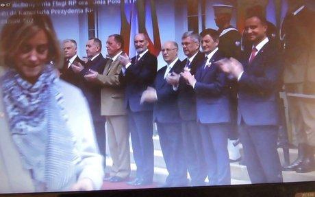 Anna Traczewska odbiera flagę polską od Prezydenta RP