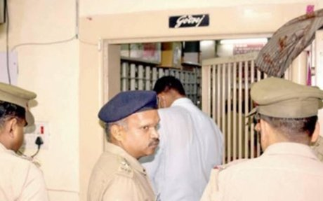 Burglars cut 2-foot hole in bank wall, rob 30 lockers of items worth crores - Times of Ind
