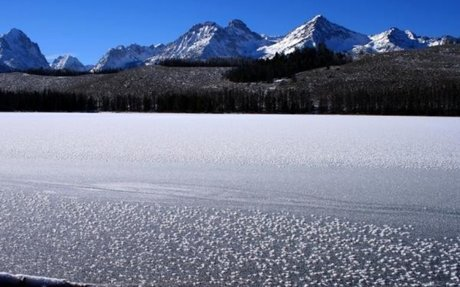 Why half-frozen lakes sound like lightsabers