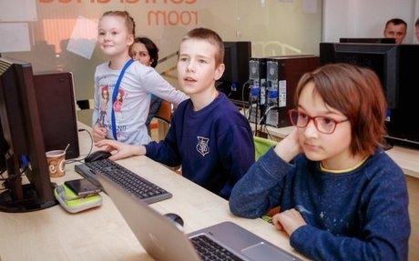 أطفال لاجئون يتعلمون البرمجة في صفوف خاصة في روسيا البيضاء