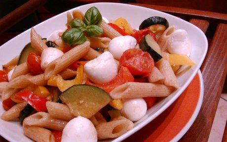 15 perces tésztasaláta sült zöldségekkel | Salátagyár