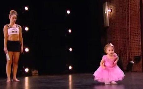 A 2 éves kislány felmegy édesanyjához a színpadra. Hihetetlen, amit művel a zsűri előtt!
