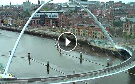 Lehet, hogy ez a híd kicsit furán néz ki- Nézzétek mi történik amikor alatta áthalad egy h