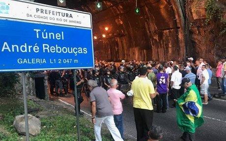 Taxistas protestam e fecham os túneis Santa Bárbara e Rebouças, causando um nó no trânsito