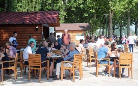 Hal, bor, pálinka és pincepörkölt: megadják a módját a Balaton partján   VEOL