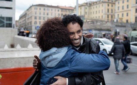 لاجئ إريتري يجد ملاذاً آمناً في إيطاليا بعد رحلة مروعة عبر ليبيا