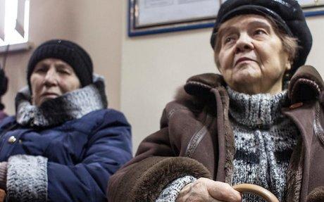 Ukraine pensioners struggle to cross the conflict line