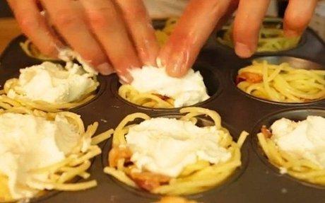 Spagettit és sajtot tesz a muffinformába, pár perccel később elképesztő ételt készít. Ezt