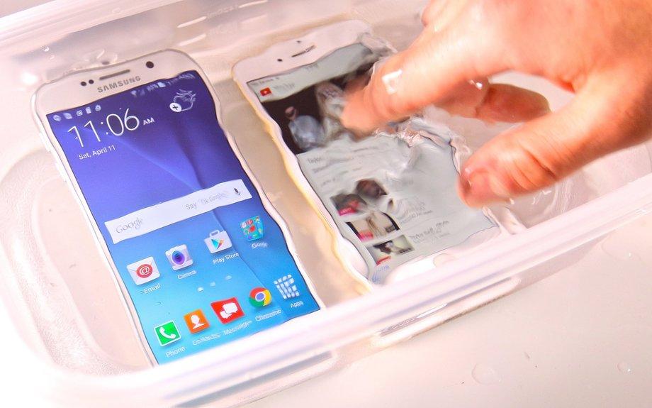 Samsung vs iPhone water test