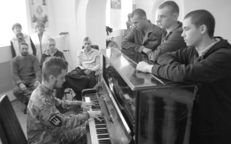 'The Pianist' Using His Music to Bring Russian and Ukrainian Soldiers Together | VICE | Un