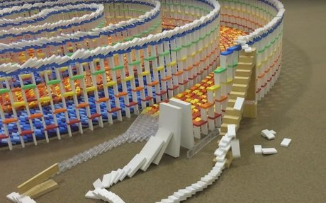 Hármas spirált épített dominóból, elképesztő látvány a leomlása