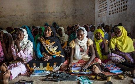 طلباً للعلم.. أم سودانية تنضم إلى أطفالها في المدرسة