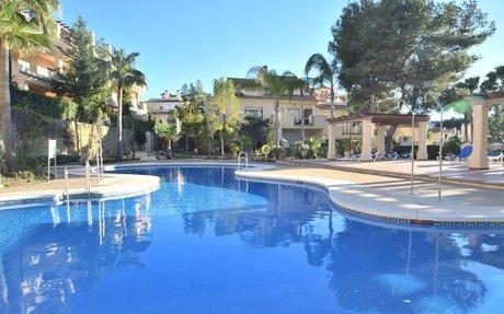 Romslig og flott rekkehus med perfekt beliggenhet i Nueva Andalucia til leie  (RA33257)