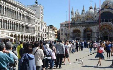 """Venezia """"affondata"""" dal turismo. A giugno scatta l'anti-Airbnb"""